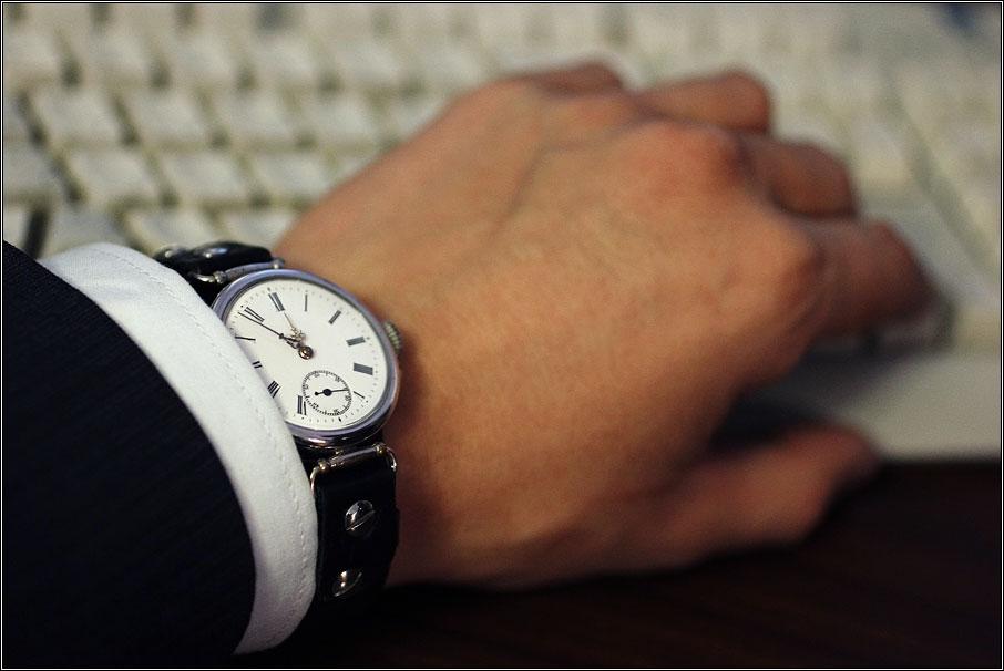 Почему на руках часы отстают